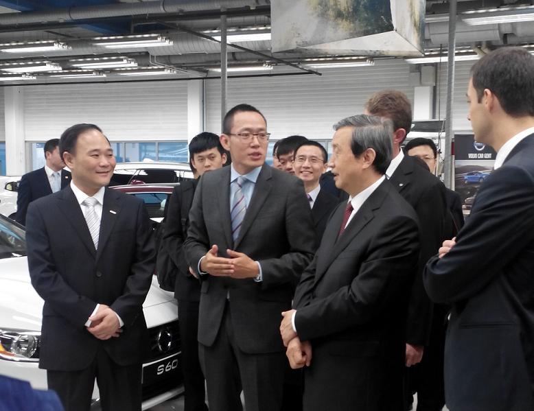 工作人员向马凯副总理介绍沃尔沃电动汽车高清图片
