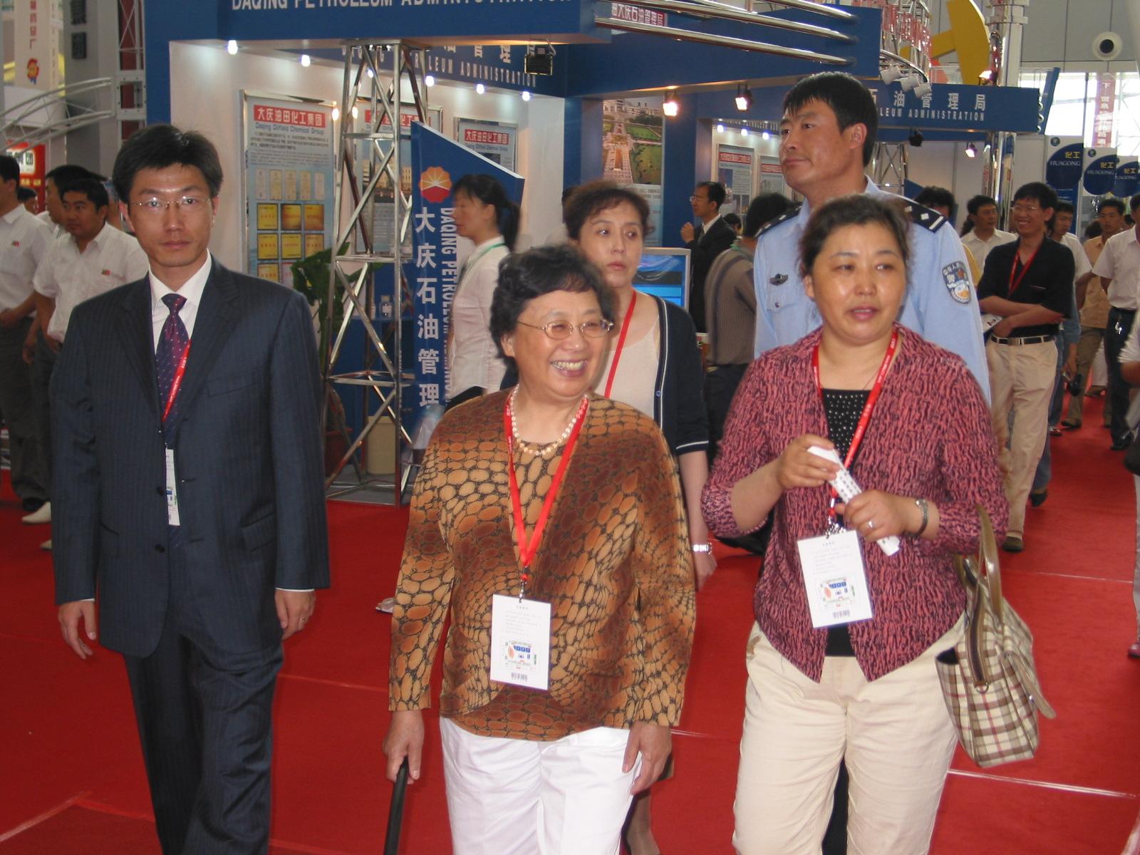 黑龙江省省商务厅_我办贾特派员在黑龙江省商务厅同志陪同下参观哈洽会展馆