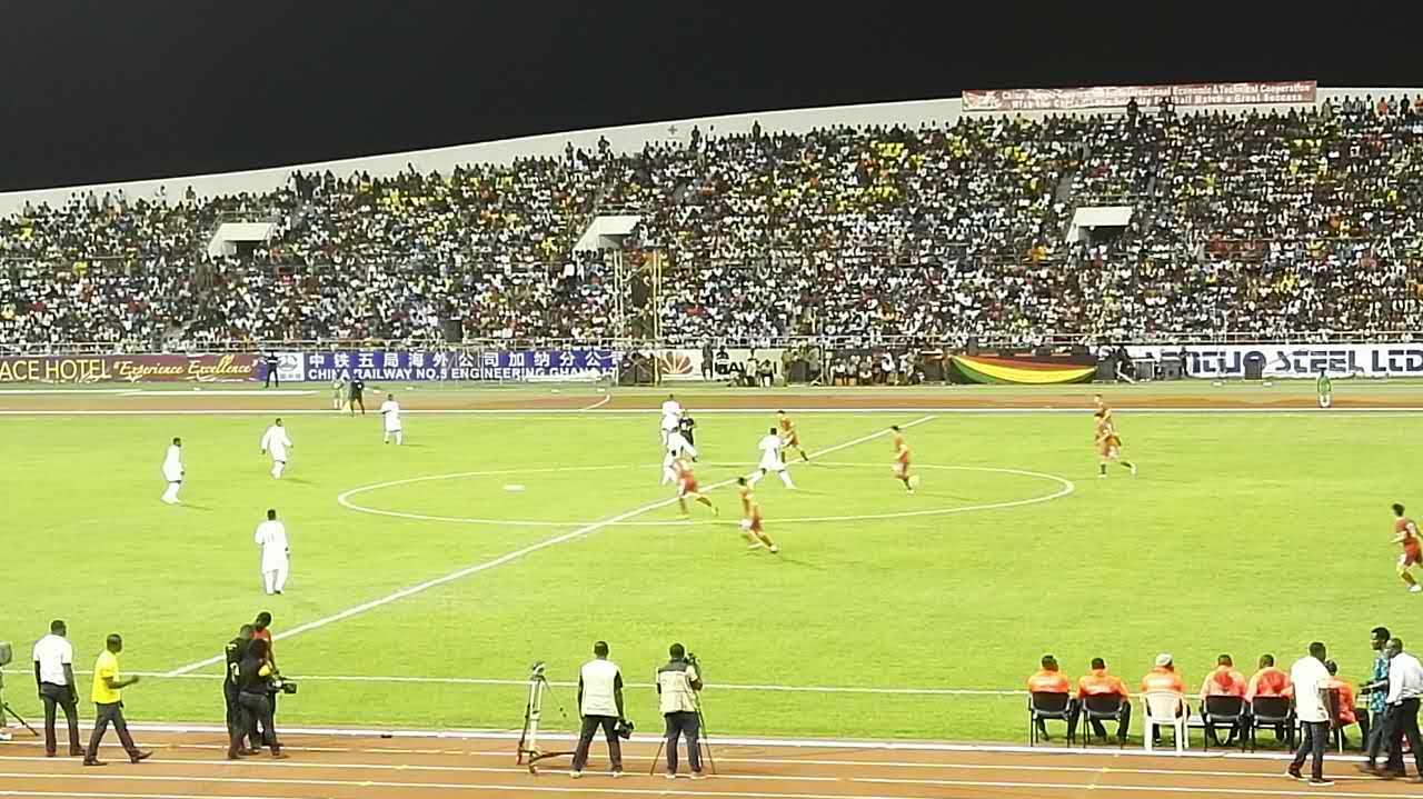 由中国足协专职执委林晓华任团长、李明任主教练的中国国家青年足球队(U19)5月3日晚在中国援助加纳建设的海岸角体育场与加纳国家青年足球队(黑色卫星队)进行了一场友谊比赛,双方以2:2战平。 加纳总统马哈马、体育部长及多位内阁成员、地方政府负责人和中国驻加纳大使孙保红、经济商务参赞李江莅临现场,当地民众3万余人观看,加纳国家电视台全程直播。加总统在讲话中盛赞中方援建的海岸角体育场是加纳第一座现代化体育场,设施完善,功能齐备,是中加友谊的又一见证,是中加领导人关心和重视的又一重要成果。 比赛前,加纳总统与中国