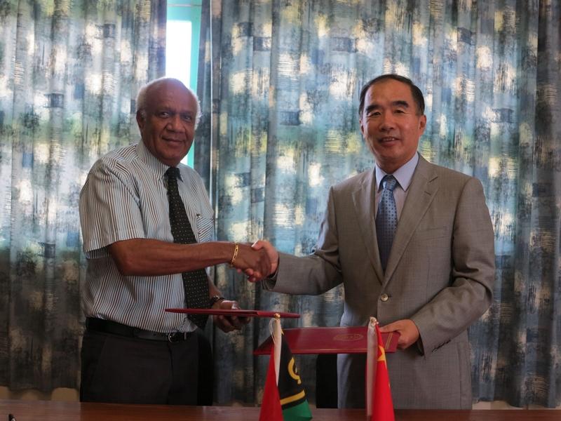 驻瓦努阿图大使谢波华与瓦努阿图总理基尔曼签署新的经济技术合作协定