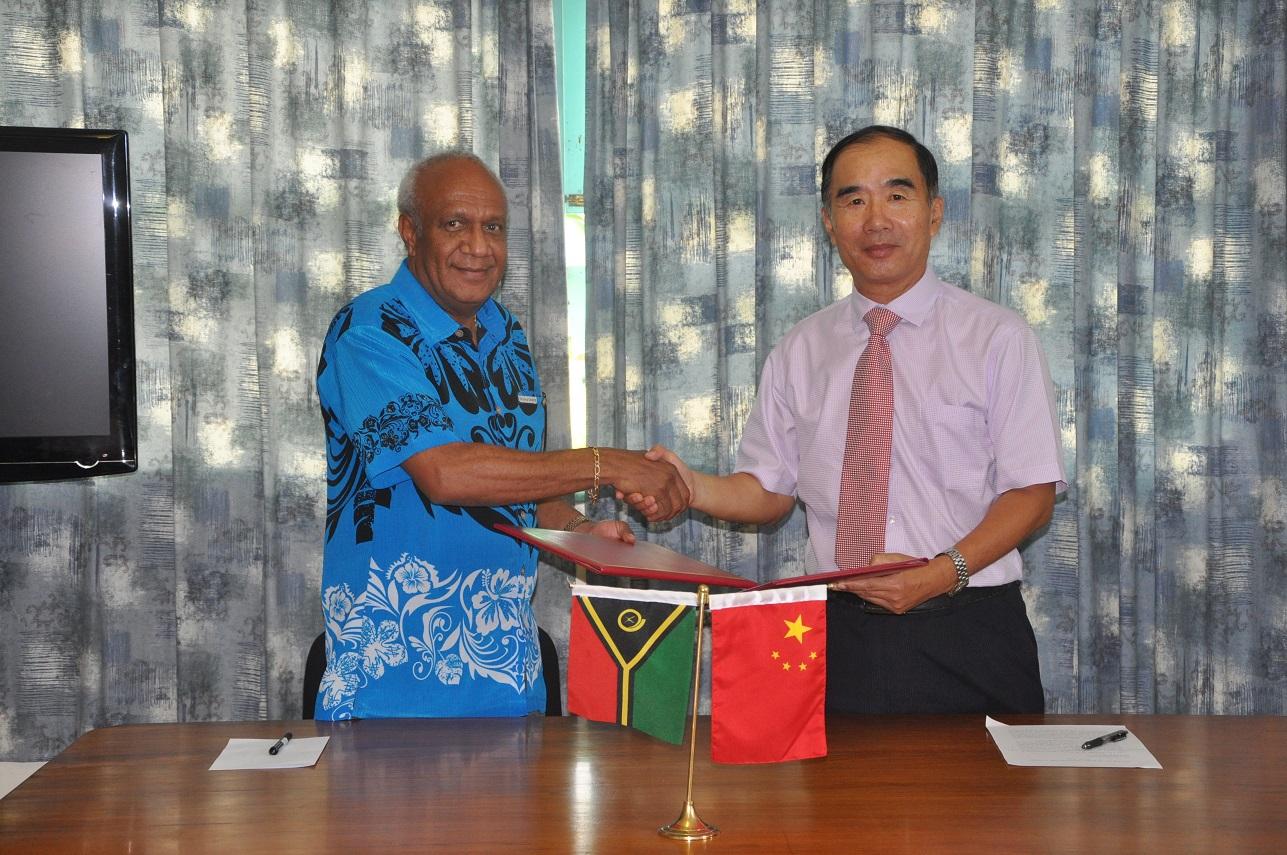 驻瓦努阿图大使谢波华出席援瓦体育物资交接仪式