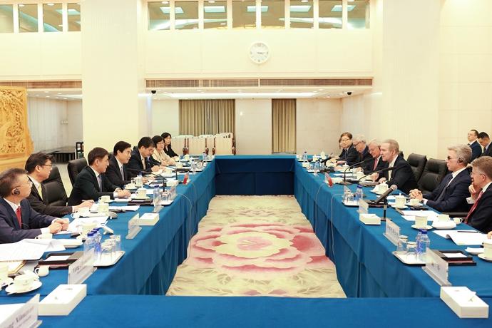钟山部长主持召开跨国公司座谈会